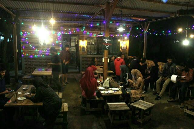 Sejumlah pengunjung menikmati hidangan di Kedai Nun, Jalan A.H Nasution, Minggu (06/11). (Jurnalpos/Syfa Qulbi).