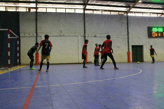 SMAN 27 Bandung berhasil merebut point dari SMA Al-Ghifari pada babak perempat final Turnamen Futsal Antar SMA (Futsama) 2016 se-Bandung Raya lewat adu pinalti (5-4) di Lapangan Futsal Progresif, Jalan Soekarno Hatta No. 785 A, Bandung, Sabtu (12/11/2016). (Jurnalpos/Ridha Achmad).