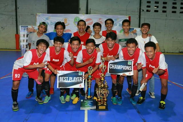 Tim futsal SMA 27 Bandung foto bersama pada acara Futsal Antar SMA( FUTSAMA) yang diselenggarakan oleh Badan Eksekutif Mahasiswa Jurnalistik (BEM-J) di lapang futsal Progresif, Kota Bandung, Minggu (14/11/2016). Pada laga final berhasil SMA 27 berhasil mengalahkan SMA Bojongsoang dengan skor 5-1. (Photo's Speak/Rizal Fauzi Akbar)