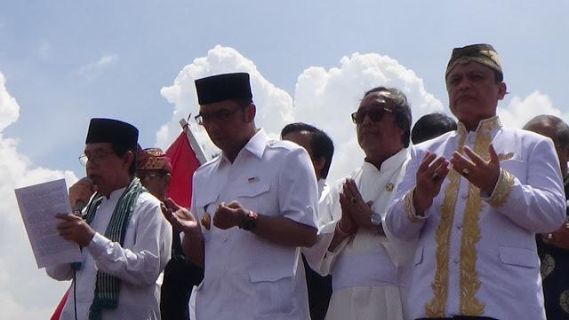 Walikota Bandung dan sejumlah tokoh lintas agama berdoa bersama saat deklarasi berangsung di Stadion Siliwangi, Jalan Lombok Kota Bandung, Minggu (30/10/2016). Acara deklarasi ini menuai isu dari berbagai pihak dan dikaitkan dengan aksi di Jakarta pada 4 November mendatang. (Jurnalpos/Ricky Fatria).