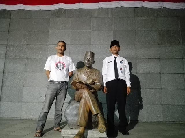 Ahmad (kanan) dan Jajang (kiri) berfoto mengapit patung Ir. Soekarno di penjara Banceuy usai peringatan hari lahirnya Pancasila, Rabu (1/6/2016). Keduanya bertugas menjaga tempat bersejarah yang pernah ditempati oleh Soekarno. (Jurnalpos/Restia Aidilla)