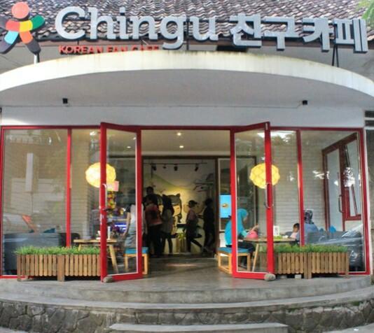 Suasana Chingu Cafe yang berlokasi di Jalan Sawunggaling No. 10, Kota Bandung. Cafe ini menyajikan makanan dan tempat bernuansa Korea.