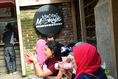 Pengunjung yang tengah menikmati sajian susu monyet di Kandang Monyet. Kedia ini berlokasi di Jalan Kalimantan, No. 13, Bandung. (Jurnalpos/ Rindy Gita D).