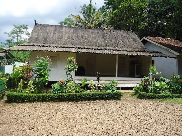 Rumah Ketua Adat Kampung Pulo,Embah Dalem Arif Muhammad, nampak berbeda dengan menggunakan atap dari ijuk sebagai ciri khas rumah ketua adat setempat, sedangkan rumah adat yang lainnya memakai genting sebagai penutup atap. (Jurnalpos/Dini Fitrianti)