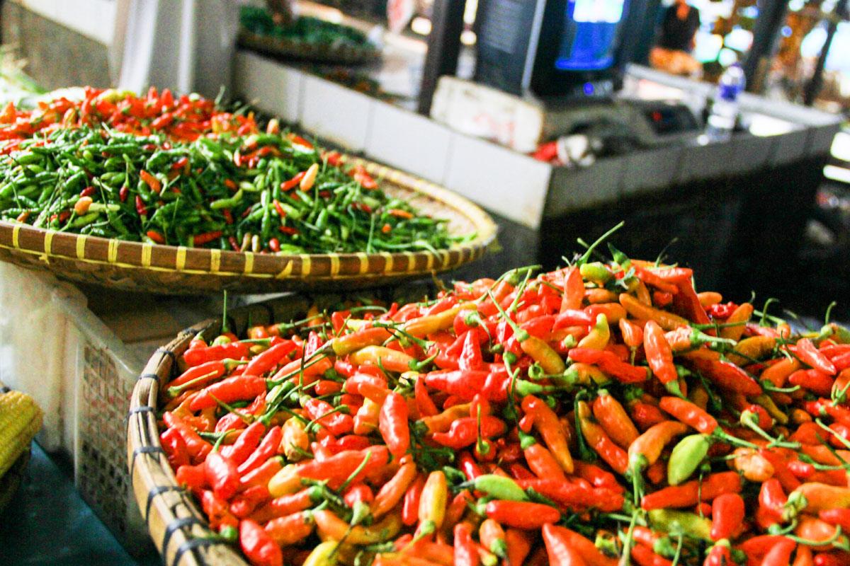 Jelang Ramadhan harga cabai melonjak naik di Pasar Gede Bage, Bandung, Senin (08/05/2017). Selain harga cabai, harga sembako lainnya juga mengalami kenaikan. (Dian Aisyah/Jurnalpos)