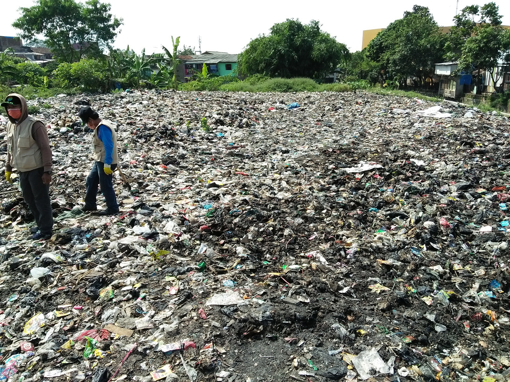 Dinas Lingkungan Hidup dan Kebersihan (DLHK) mulai membersihkan 'lautan sampah' di Kelurahan Cibangkong, Batununggal, Kota Bandung, Kamis (6/7). Kebiasaan masyarakat membuang sampah di tempat ini sudah sejak 10 tahun silam. (Jurnalposmedia/Zaira Farah Diba).