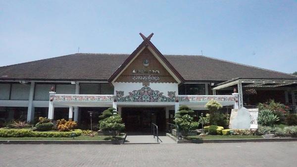 Museum Sri Baduga (tampak depan) yang didirikan pada tahun 1974 di Kota Bandung, Sabtu (23/09/2017). Cukup dengan membayar tiket seharga Rp 3000/orang pengunjung sudah bisa berkeliling di dalam Museum Sri Baduga. (Agnes/Jurnalposmedia)