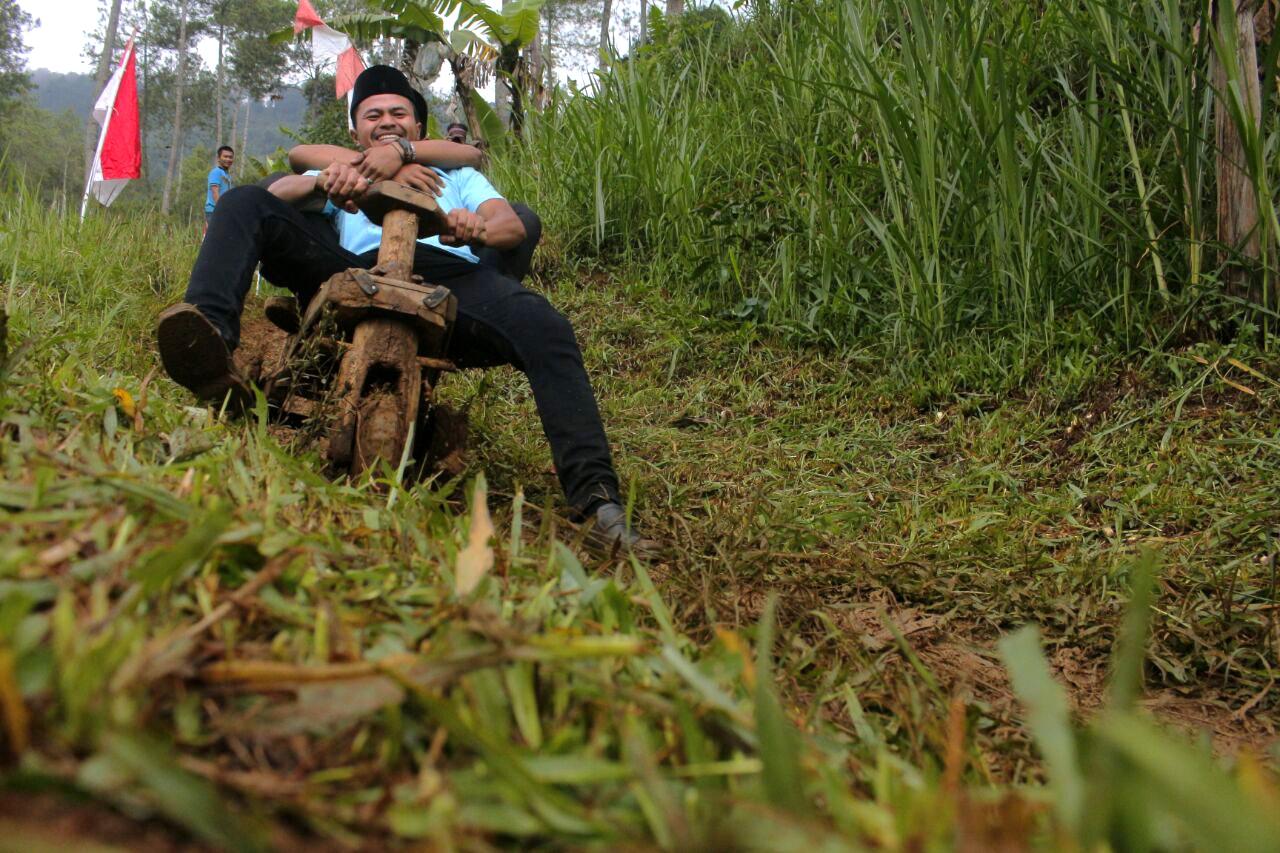 Warga bermain Roda Kadaplak di Kampung Batuloceng, Desa Suntenjaya, Kecamatan Lembang, Kabupaten Bandung Barat, Sabtu (28/10/2017). Permainan Roda Kadaplak ini merupakan kegiatan untuk meningkatkan semangat kesatuan pemuda dalam melestarikan kearifan lokal, pada peringatan hari Sumpah Pemuda. (PHOTO'S SPEAK/Thoudy Badai)