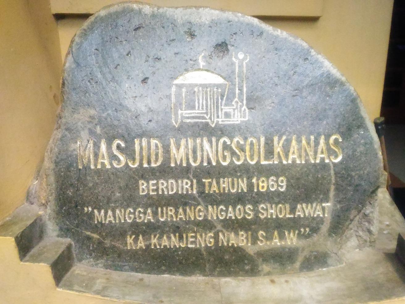 Mesjid Mungsolkanas terletak di Jalan Cihampelas, Gang Wiranataatmadja, Kelurahan Cipaganti, Kecamatan Coblong Kota Bandung. Mesjid ini berusia 148 Tahun yang dibangung oleh Lantenas pada Tahun 1869. (Jurnalposmedia/ Dian Aisyah)