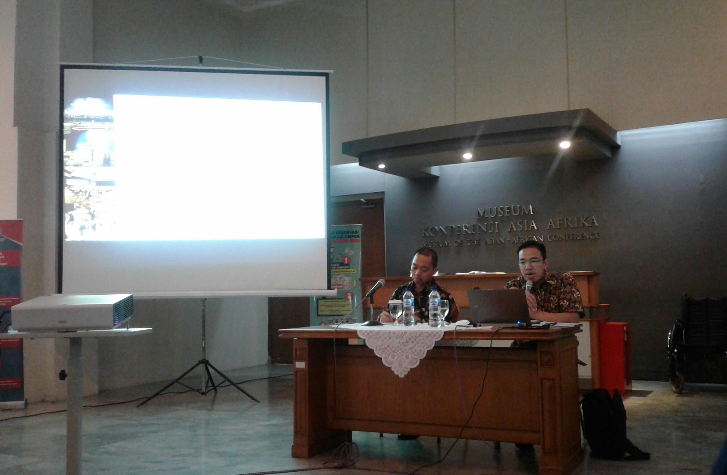 Kepala Museum Konferensi Asia Afrika Meinarti Fauzie (kanan), tengah memaparkan materi dalam diskusi Bali Democracy Forum. Kegiatan ini berlangsung di ruang utama Museum KAA, Jumat (03/10/2017). (Syfa Qulbi/Jurnalposmedia)