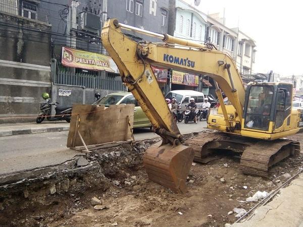 Excavator mengeruk tanah di proyek pembuatan tol air di sepanjang Jalan Pagarsih, Kota Bandung, Sabtu (04/11/2017). Pengerjaan tol air tersebut dimulai sejak 16 Oktober dan akan rampung akhir tahun 2017. (Anggi Muliawati/Jurnalposmedia)