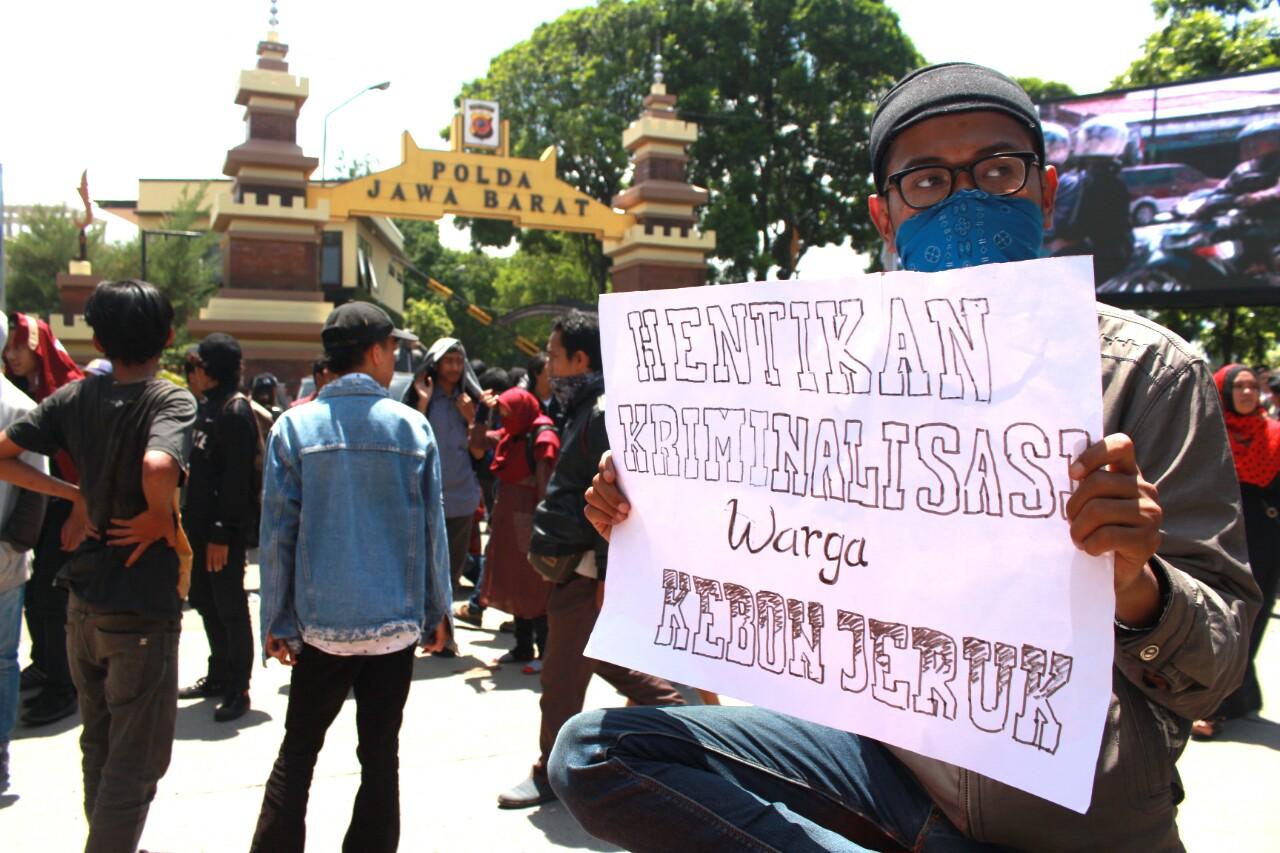 Massa dari Aliansi Rakyat Anti Penggusuran (ARAP) menggelar aksi mimbar bebas di depan Polda Jawa Barat, Jalan Soekarno Hatta, Kota Bandung, Kamis (23/11/2017). Aksi tersebut merupakan kecaman agar kriminalisasi terhadap warga Kebon Jeruk dihentikan. (Jurnalposmedia/ Pandu Muslim)