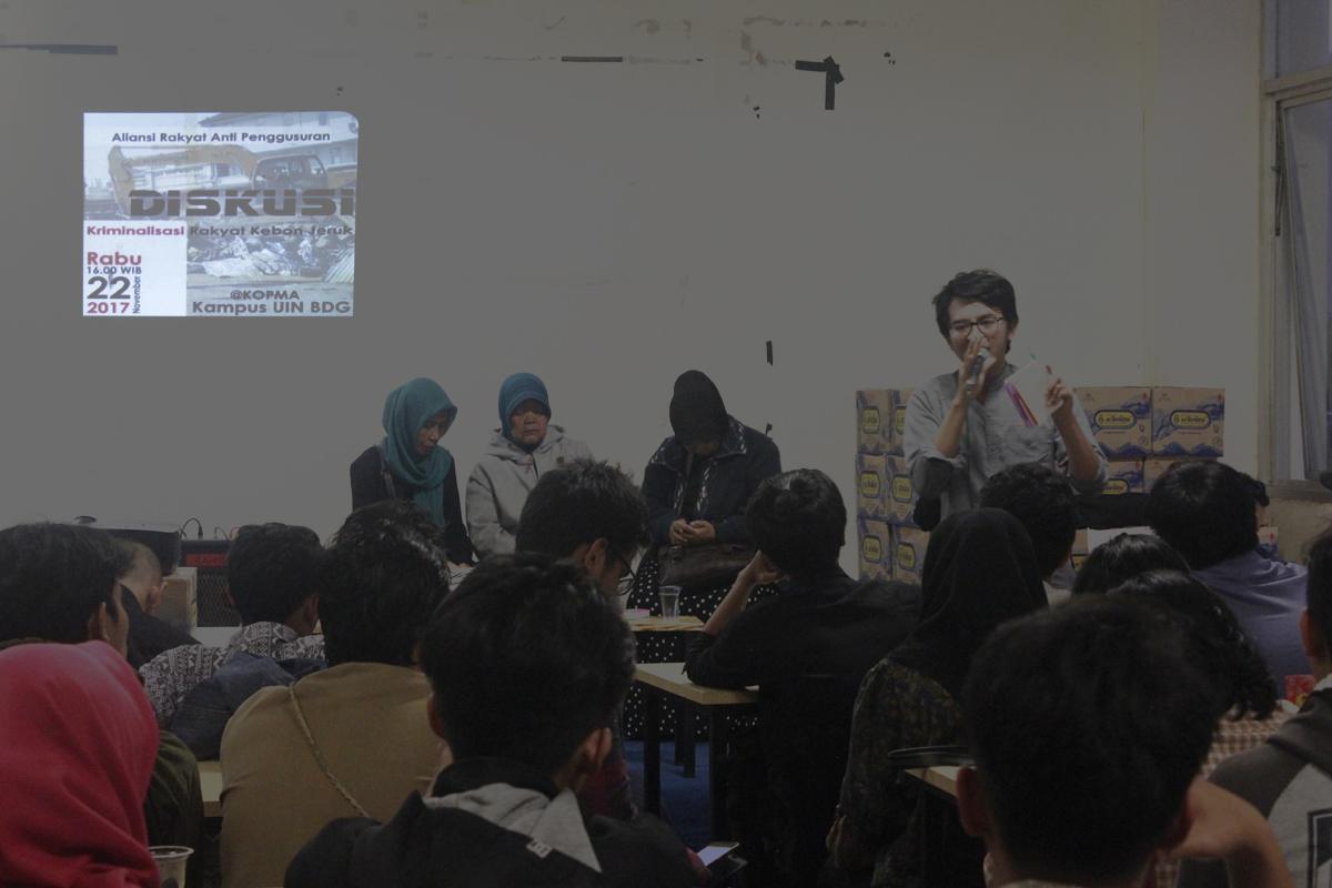 Sejumlah rakyat Kebon Jeruk menghadiri diskusi bersama mahasiswa mengenai Kriminalisasi Rakyat Kebon Jeruk di Kopma UIN Bandung, Rabu (22/11/2017). Diskusi bertujuan untuk mengajak seluruh mahasiswa UIN Bandung ikut serta dalam perjuangan intelektual aksi bersama rakyat yang akan dilaksanakan esok hari, Kamis (23/11/2017), di Polda Jawa Barat. (Jurnalposmedia/ Teten Handani)