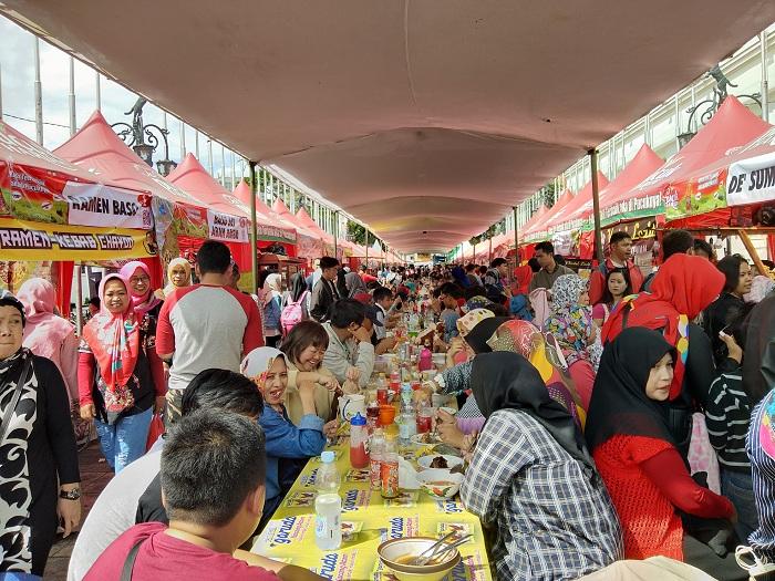 Festival Bakso Juara 2017 dipadati pengunjung oleh semua kalangan mulai dari anak-anak hingga tua untuk membeli jajanan bakso di sepanjang Jalan Ir Sukarno Bandung, Sabtu ( 02/12/2017). (Neng Nurjanah/Jurnalposmedia).