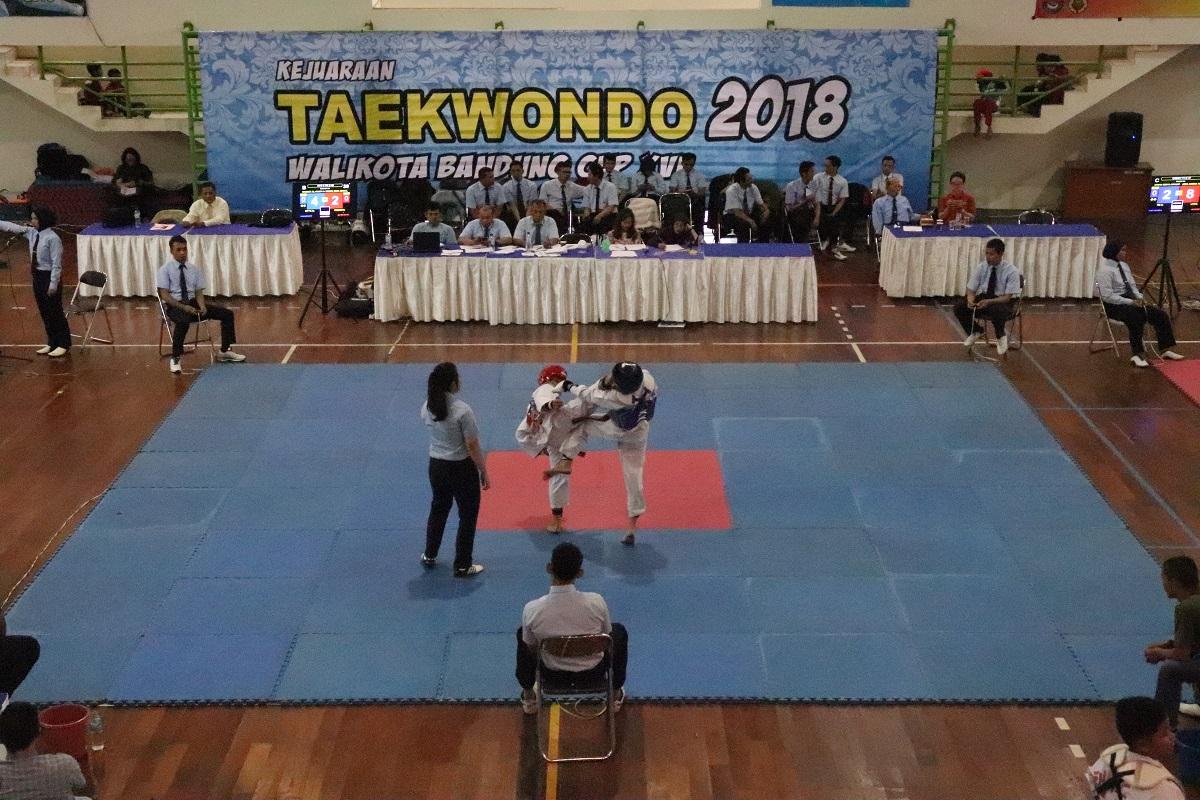 Dua atlet taekwondo saling beradu ketangkasan dalam kejuaraan Taekwondo Walikota Bandung Cup XVI di Gor Arcamanik, Kota Bandung, Jum'at (12/01/2018). Kejuaraan tersebut berlangsung hingga 14 Januari mendatang. Dengan memperlombakan kategiru Kyorugi (tarung) dan Poomsae (seni gerak) usia muda hingga dewasa untuk putera dan puteri.(Rico Bagus/Jurnalposmedia)