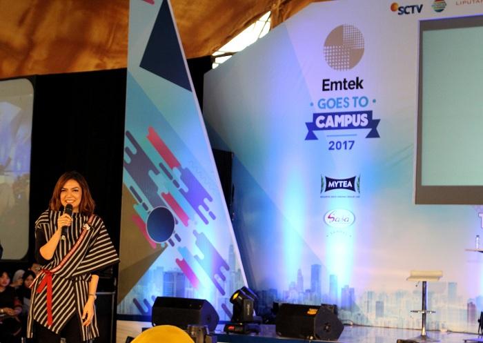 Jurnalis sekaligus Duta Baca Indonesia, Najwa Shihab menyapa peserta dalam talkshow Emtek Goes To Campus, Rabu (29/11/2017). Acara ini berlangsung selama tiga hari, sejak 28 - 30 November di Aula Utama Telkom University, Bandung. (Agung Trilaksono/Jurnalposmedia)