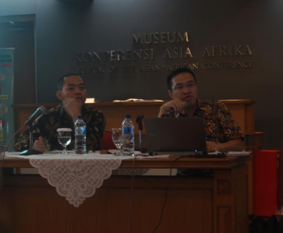 """Prima (kiri) selaku moderator dan Devdy Risa (kanan) dalam seminar Updates from the Foreign Ministry """"Bali Democracy Forum"""". Seminar ini digelar di Museum Konferensi Asia Afrika, Jum'at (03/11/2017). (Siti Rahayu/Jurnalposmedia)"""